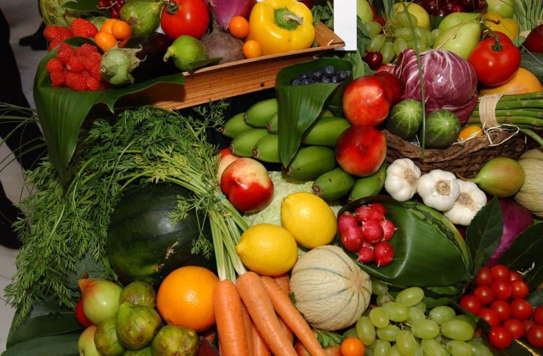 Frutas y hortalizas frescas elevaron los precios de consumo del grupo de alimentación en abril