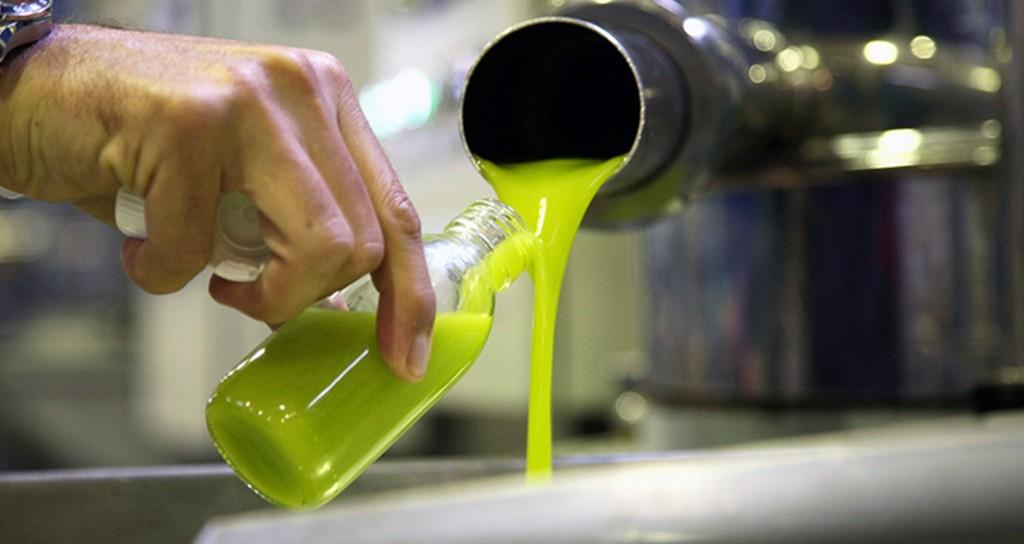 La diferencia entre el precio de origen de aceite de oliva refinado y el  AOVE  es de apenas 0,10 €/kilo