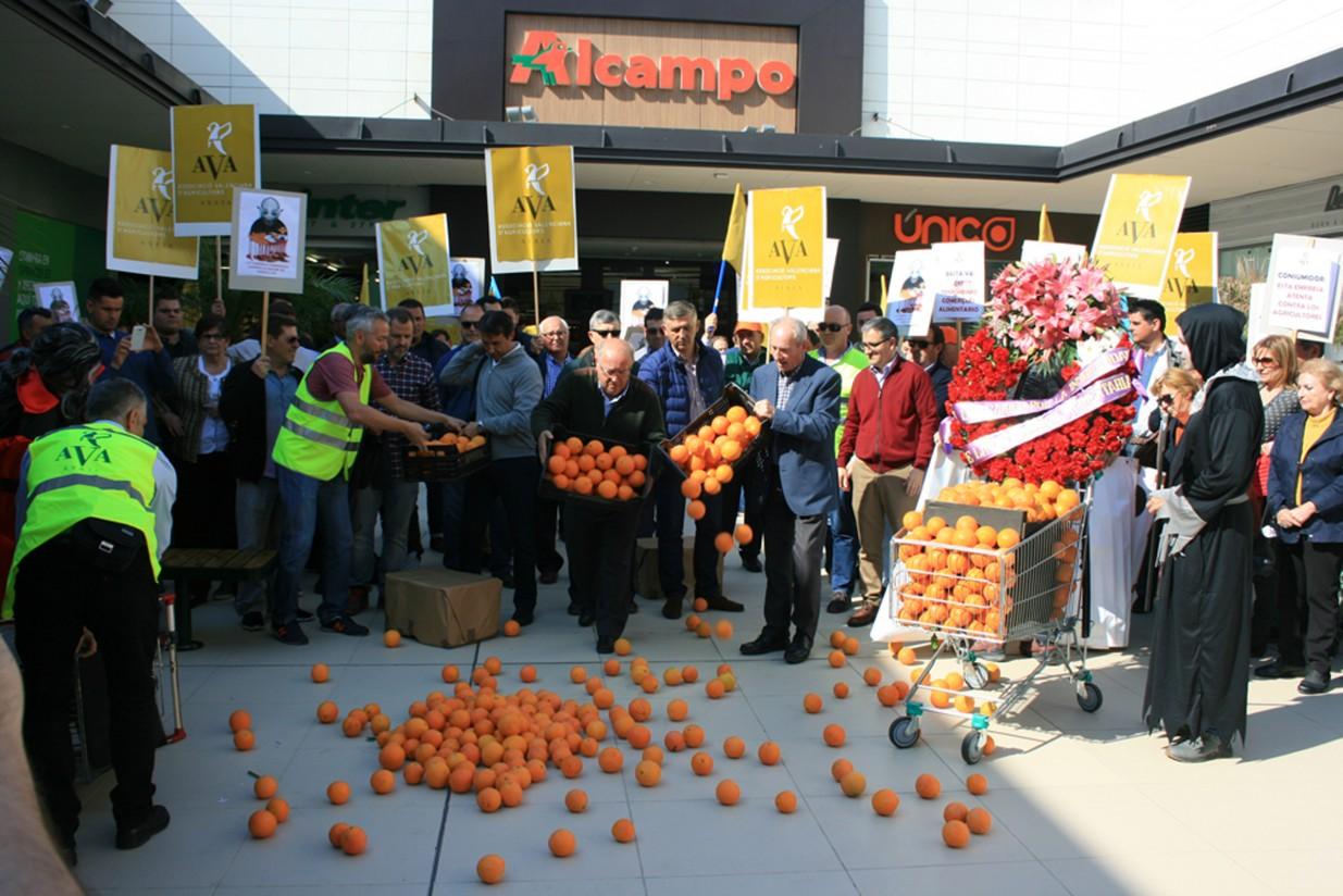 Agricultores valencianos protestan ante un hipermercado por los abusos en los precios