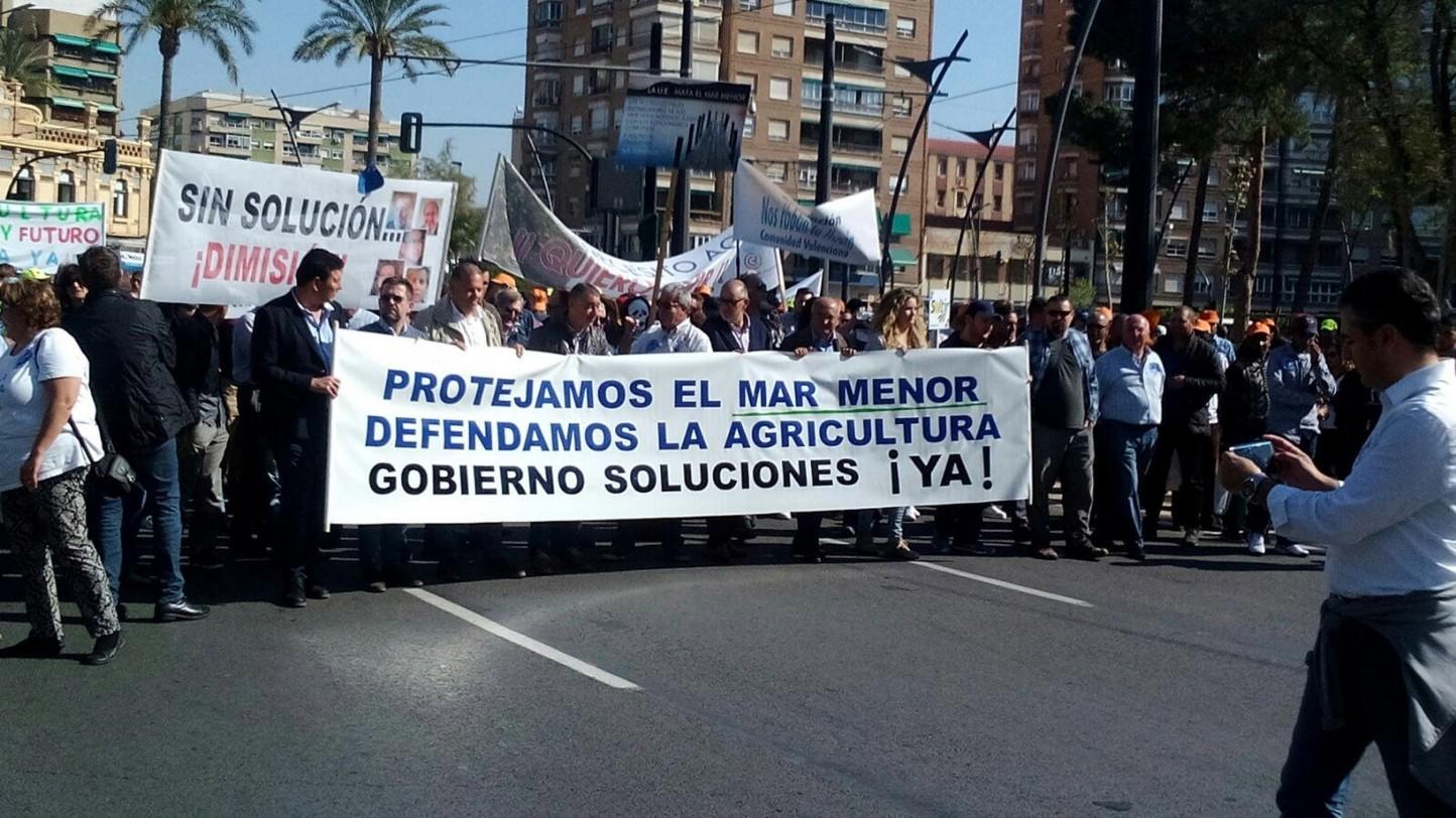 Miles de agricultores mantienen bloqueada Murcia pidiendo una solución para la agricultura y el agua en el Mar Menor