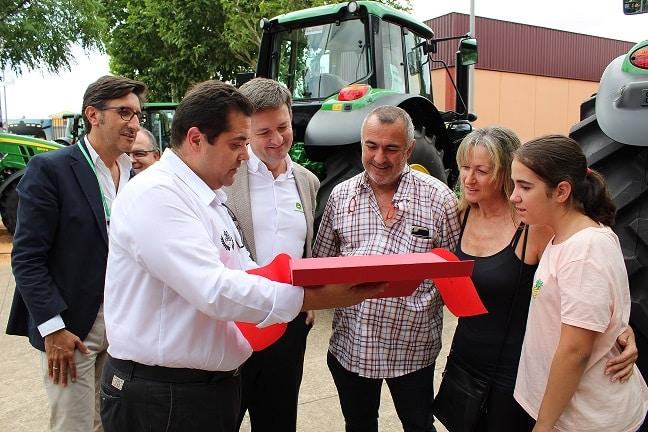 John Deere hace entrega de los primeros tractores 5R y 9R llegados a España