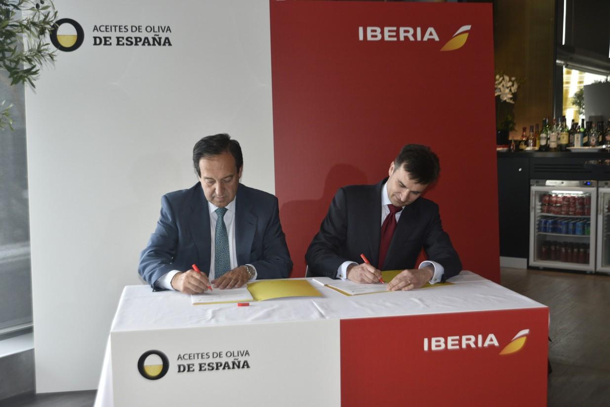 Acuerdo con Iberia para promocionar los aceites de oliva de España