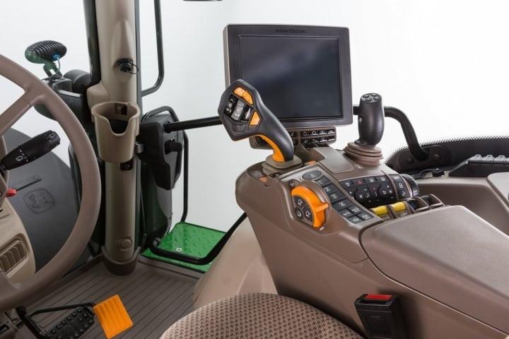 El joystick CommandPro de John Deere, disponible en todos los tractores de la serie 6R