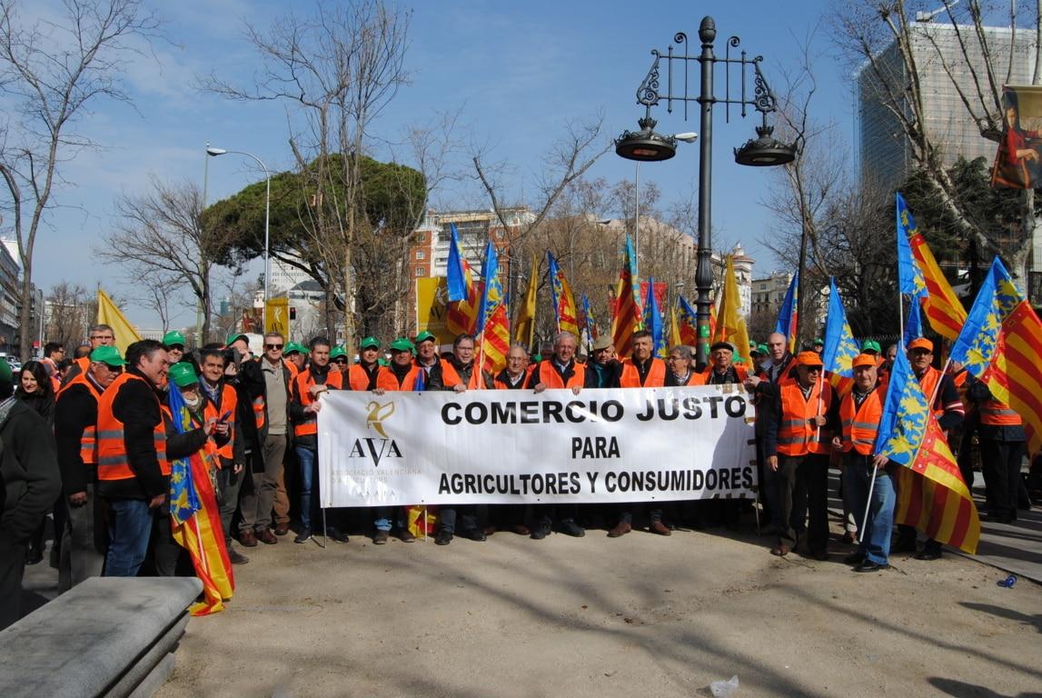 Los citricultores trasladan las protestas por la crisis ante la oficina de la CE en Madrid