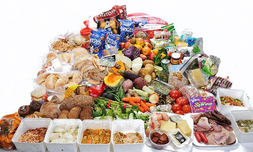 Los jóvenes de entre 25 y 34 años son el grupo de  edad que  tira comida a la basura con más frecuencia