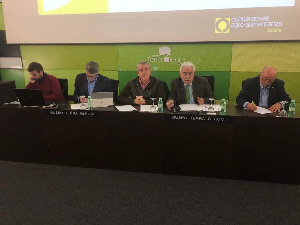 Cooperativas de Andalucía pide un último esfuerzo para lograr retirar un total de 200.000 t de aceite de oliva