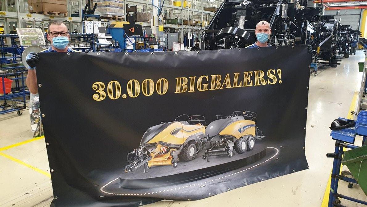 New Holland Agriculture fabrica su empacadora gigante número 30.000