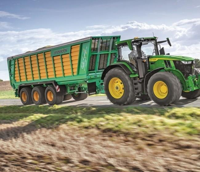 El John Deere 7R 330 muestra el menor consumo de combustible en la prueba de transporte PowerMix