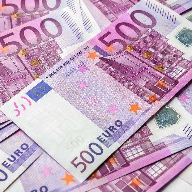bigstock-euro-money-bills-backgroun-299241262_1_621x621