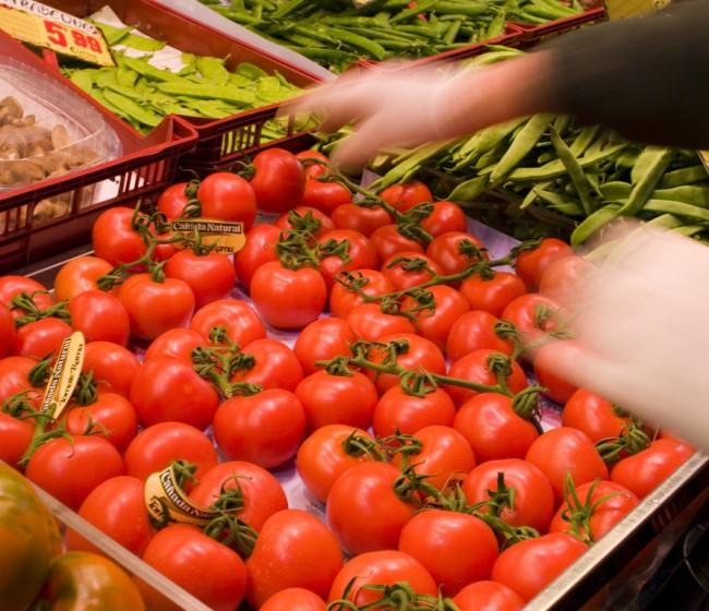 Carrefour incrementa las compras de tomate español y paraliza en Francia las de fresa