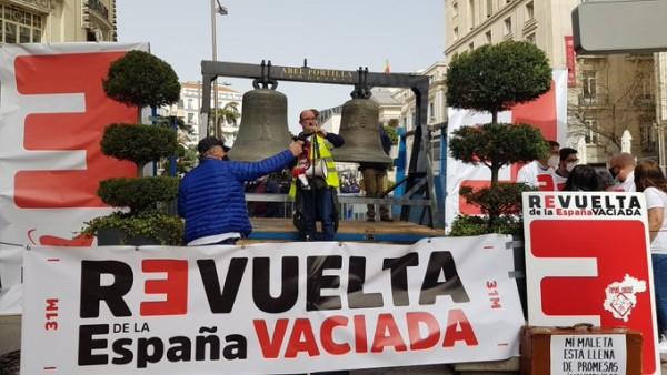 La España Vaciada sigue latiendo y renueva sus demandas con una campanada ante el Congreso de los Diputados