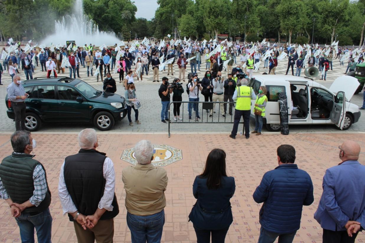 Foto de familia y manifestantes (2)