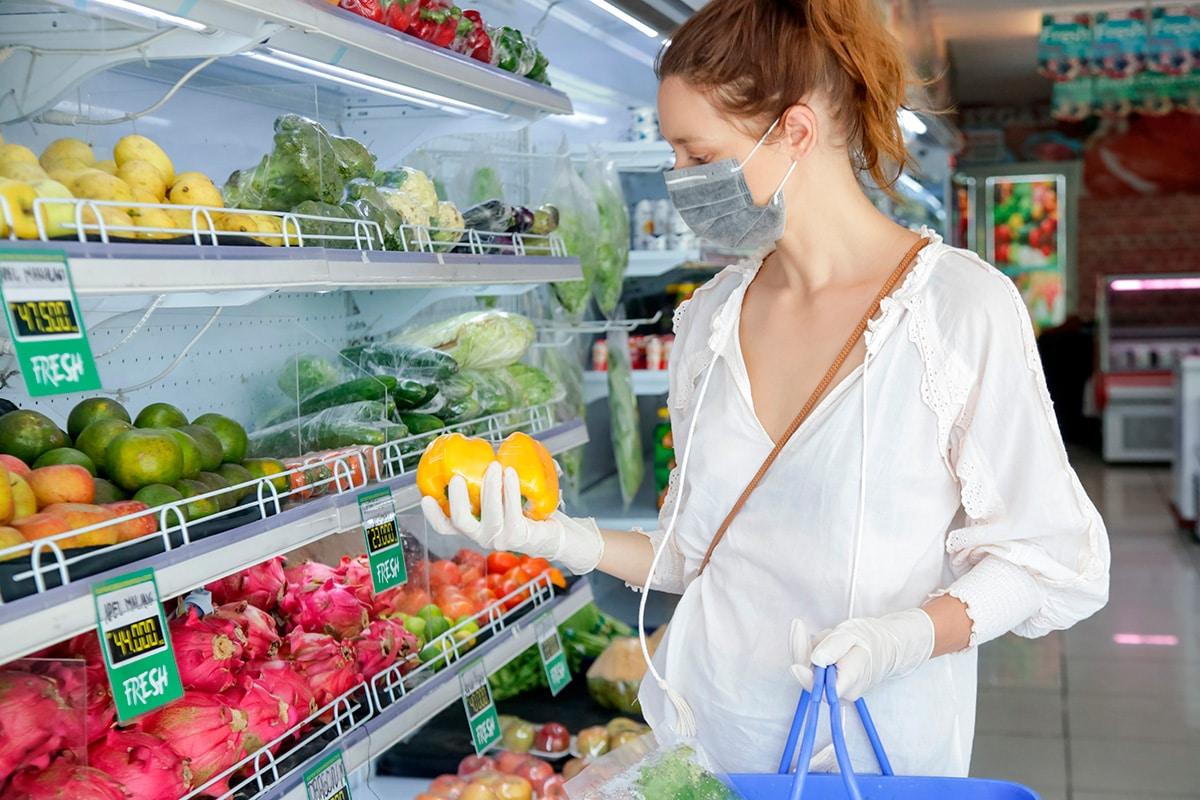 consumidora en supermercado