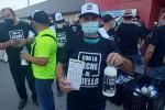 Ganaderos andaluces reparten leche en protesta por los bajos precios