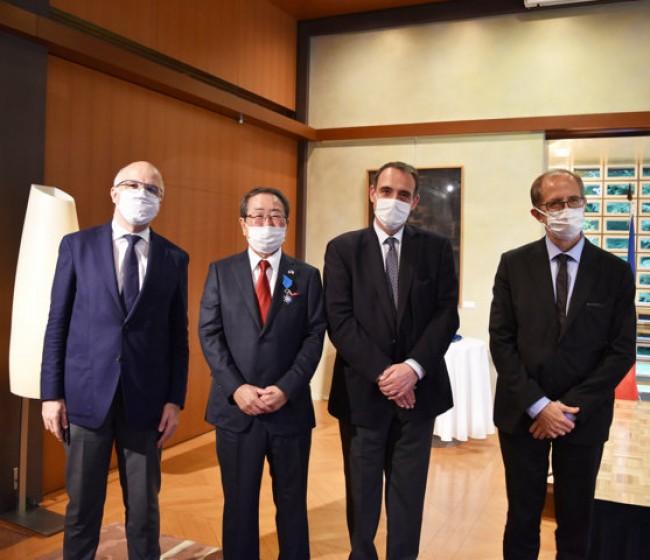 Masatoshi Kimata, presidente de Kubota, recibe la Medalla francesa de la Orden Nacional del Mérito